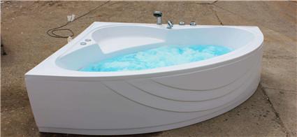 """亚克力浴缸体表也不会感觉到""""冰冷""""的感觉"""